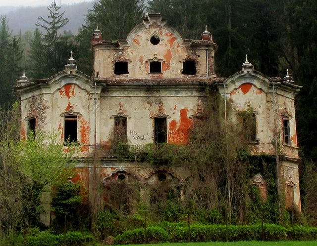 Virtual Tour of 5 Haunted Castles & Mansions